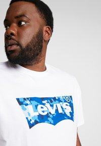 Levi's® Plus - BIG GRAPHIC TEE - T-shirt imprimé - indigo white - 5