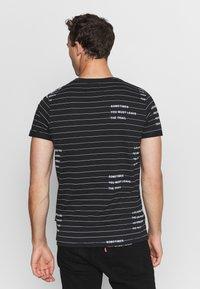 INDICODE JEANS - ECHOLS - T-shirt med print - black - 2