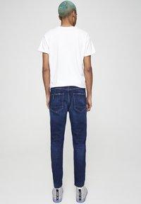 PULL&BEAR - MIT ZIERRISSEN - Jeans Tapered Fit - dark-blue denim - 2