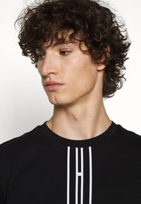 HUGO - DARLON - T-shirt z nadrukiem - black - 3
