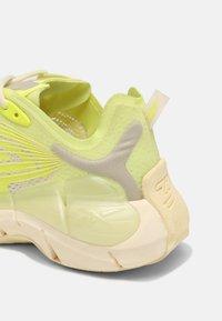 Reebok Classic - ZIG KINETICA II UNISEX - Sneakersy niskie - yellow - 6