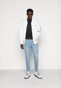 Versace Jeans Couture - SLIM TRIS LOGO - Triko spotiskem - black - 1