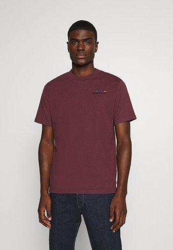 GRAPHIC MOCKNECK TEE UNISEX - T-shirt print - ssnl serif embroidery sasafrass