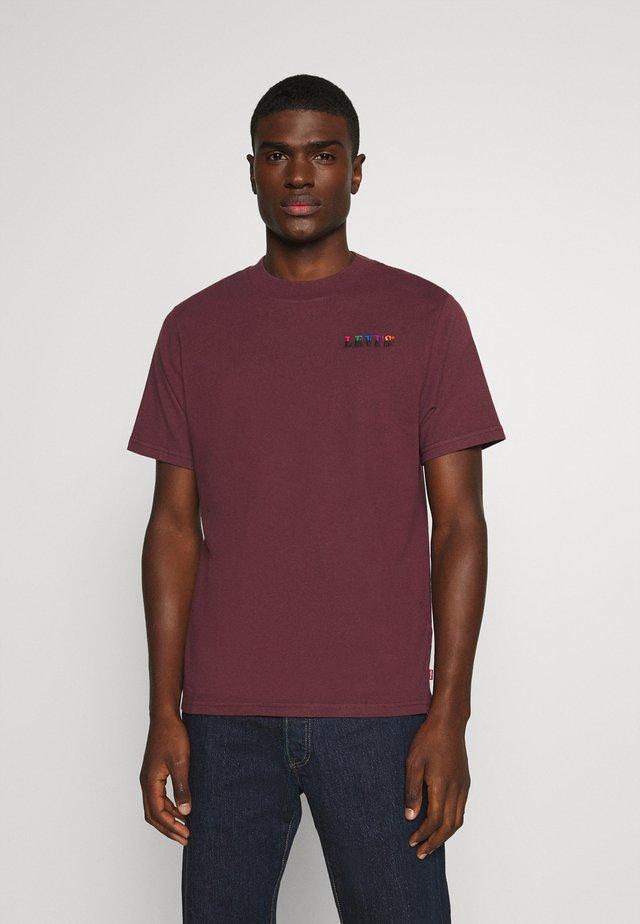 GRAPHIC MOCKNECK TEE UNISEX - T-shirt imprimé - ssnl serif embroidery sasafrass