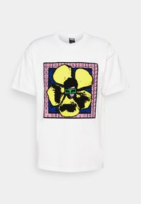 WE MAKE THE FLOWERS GROW - Print T-shirt - white