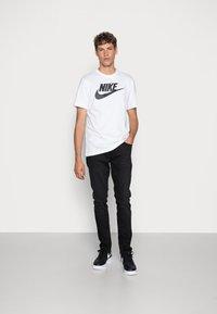 Nike Sportswear - TEE ICON FUTURA - T-shirts print - white/black - 1