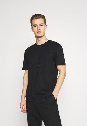 SLHRELAXFREDDIE POCKET ONECK - T-shirt med print - black