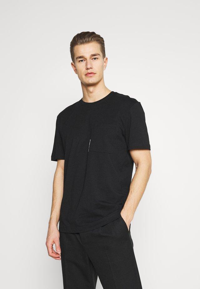 SLHRELAXFREDDIE POCKET ONECK - Camiseta estampada - black