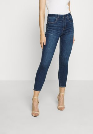 CURVY HI-RISE CROP - Vaqueros pitillo - medium wash