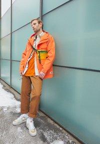 Nike Sportswear - AIR FORCE 1 '07 LX M2Z2 - Joggesko - photon dust/team orange - 0