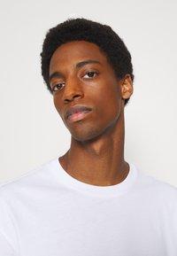 Selected Homme - SLHLOOSEGILMAN O NECK TEE - Basic T-shirt - bright white - 4