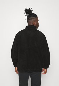 adidas Originals - COLLEGIATE CREST TEDDY TRACK JACKET - Allvädersjacka - black