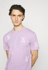 YAVI ARCHIE - RANDOM LOGO - Print T-shirt - lavender - 3