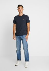 Farah - DENNIS SOLID TEE - T-shirt z nadrukiem - true navy - 1