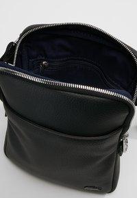 Lacoste - FLAT CROSSOVER BAG - Taška spříčným popruhem - black - 4
