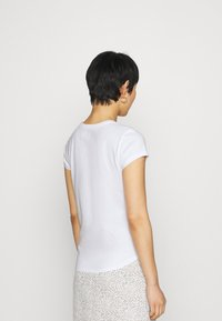 Abercrombie & Fitch - KNOTTED MIDI - Print T-shirt - white - 2