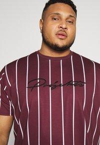 Projekts NYC - HARROW SIGNATURE IN CAMO - T-shirt con stampa - burgundy - 3