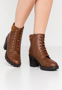 Anna Field Wide Fit - Kotníkové boty na platformě - cognac - 0