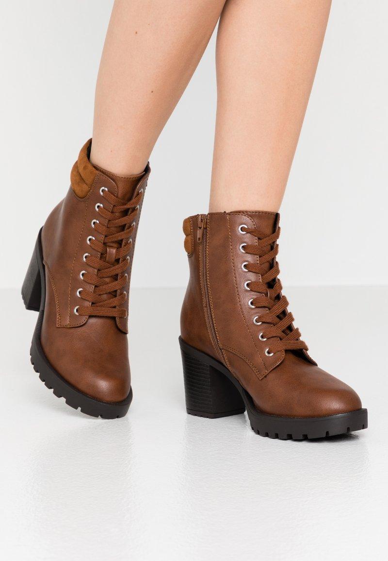 Anna Field Wide Fit - Kotníkové boty na platformě - cognac