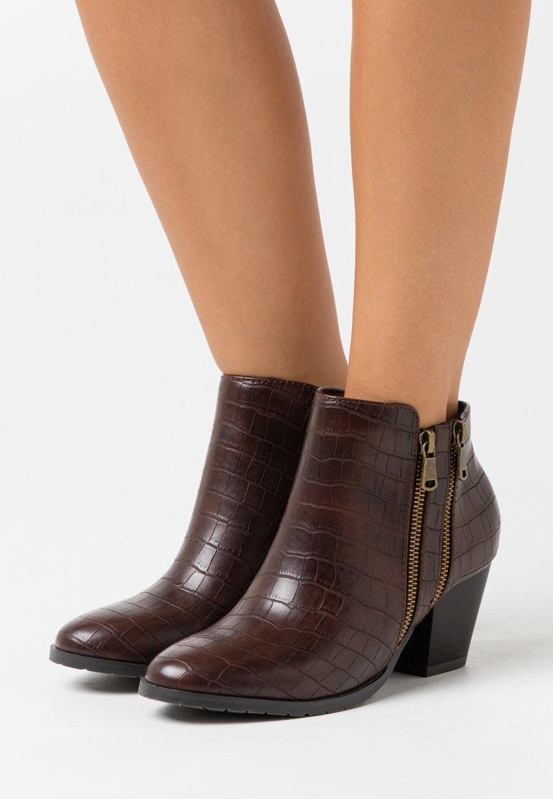 Wallis - ASTERIA - Boots à talons - brown