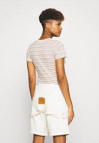 Levi's® - BABY TEE - Print T-shirt - beige/white - 2