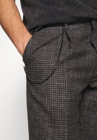 Shelby & Sons - ELDRED TROUSER - Pantaloni - charcoal - 4