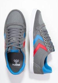 Hummel - SLIMMER STADIL - Sneakers laag - castle rock/ribbon red/bril blue - 1