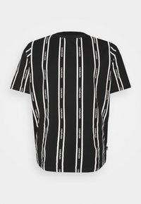 Calvin Klein - VERTICAL LOGO STRIPE - T-shirt med print - black - 4