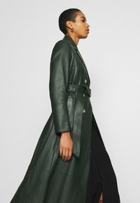 IVY & OAK - Trenchcoat - iris leaf - 5