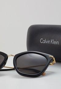 Calvin Klein - Sluneční brýle - black - 3