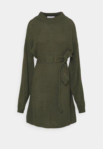 TIE WAIST JUMPER DRESS - Gebreide jurk - forest green