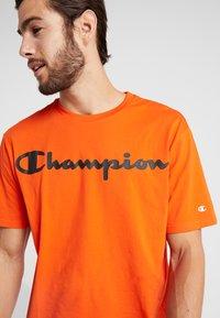 Champion - CREWNECK - Triko spotiskem - orange - 3