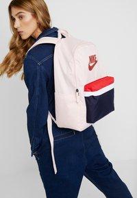 Nike Sportswear - HERITAGE UNISEX - Reppu - echo pink - 1