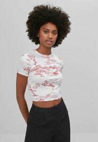 Bershka - T-shirt med print - white - 0