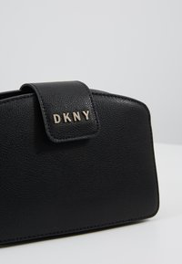 DKNY - CLARA CHAIN CROSSBODY PEBBLE  - Skuldertasker - black/gold
