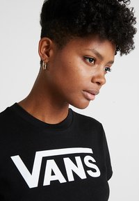 Vans - WM FLYING V CREW TEE - Print T-shirt - black - 4