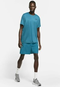 Nike Performance - DRY  - T-shirt basique - obsidian/green abyss/heather/black - 1