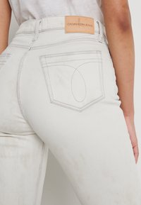 Calvin Klein Jeans - MOM - Jeansy Relaxed Fit - bleach grey - 5