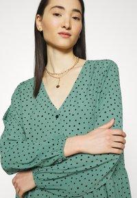 Monki - TORBORG DRESS - Vestito estivo - green irrydot - 5