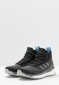 adidas Performance - TERREX FREE HIKER GORE-TEX - Obuwie hikingowe - carbon/grey/glow blue - 2
