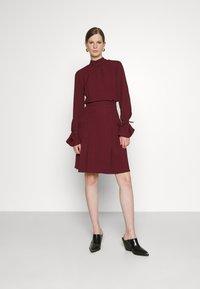 Victoria Victoria Beckham - TIE SLEEVE PLEATED DRESS - Day dress - iron red - 0