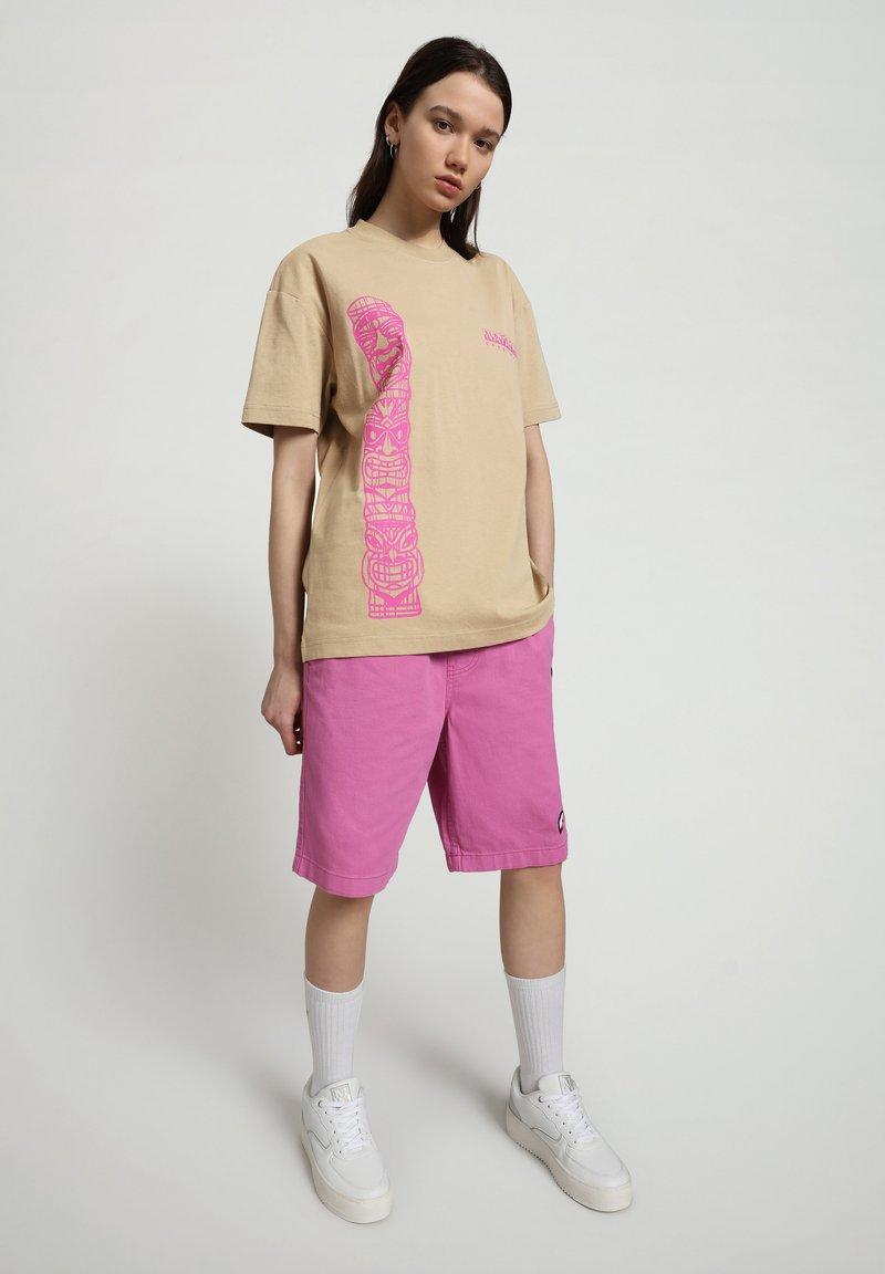 Napapijri - S-HAENA - T-shirt med print - mineral beige