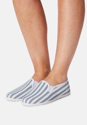 Loaferit/pistokkaat - white/blue