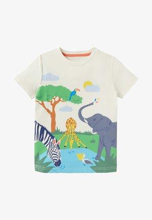 MIT TROPENSZENE - Print T-shirt - naturweiß, safaritiere