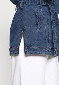 ONLY - ONLTIA LIFE LONG BELT  - Veste en jean - light blue denim - 4