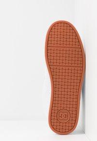 DC Shoes - NET UNISEX - Obuwie deskorolkowe - white - 4