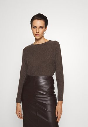 CURVED SWEATER - Jumper - cacao