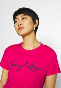 Tommy Hilfiger - CREW NECK GRAPHIC TEE - T-shirts print - bright jewel - 3