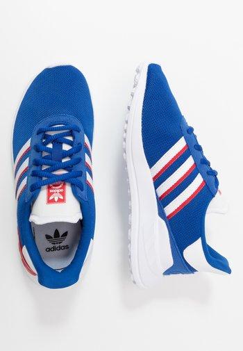 LA TRAINER LITE UNISEX - Sneakers basse - royal blue/footwear white/scarlet