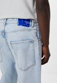Bershka - MIT WEITEM BEIN IM  - Jeans a sigaretta - blue denim - 3